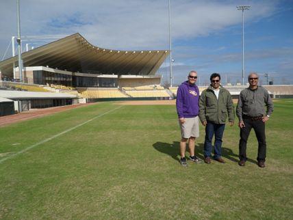 Figura 2– Campo de softball – LSU. Eric Fasbender L.S.U. Asst. Director of Athletic Facilities, Alexandre Santos e Paulo Antonio – Greenleaf Gramados.