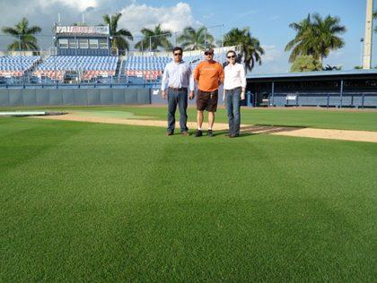 Figura 6– Campo de Baseball com Celebration - Florida Atlantic University, FL (Alexandre, Ken (FAU) e Erin (Sod Solutions)).